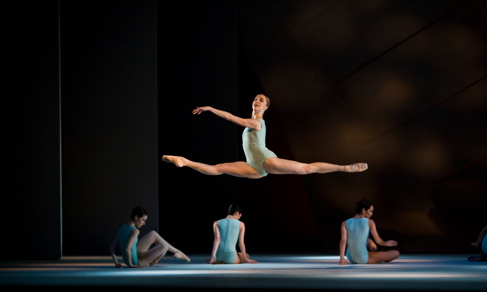 Nathalie Harrison in Alastair Marriott's Sensorium for The Royal Ballet, Photo :  Andre Uspenski