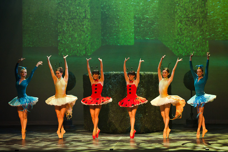 six ballet dancers on pointe