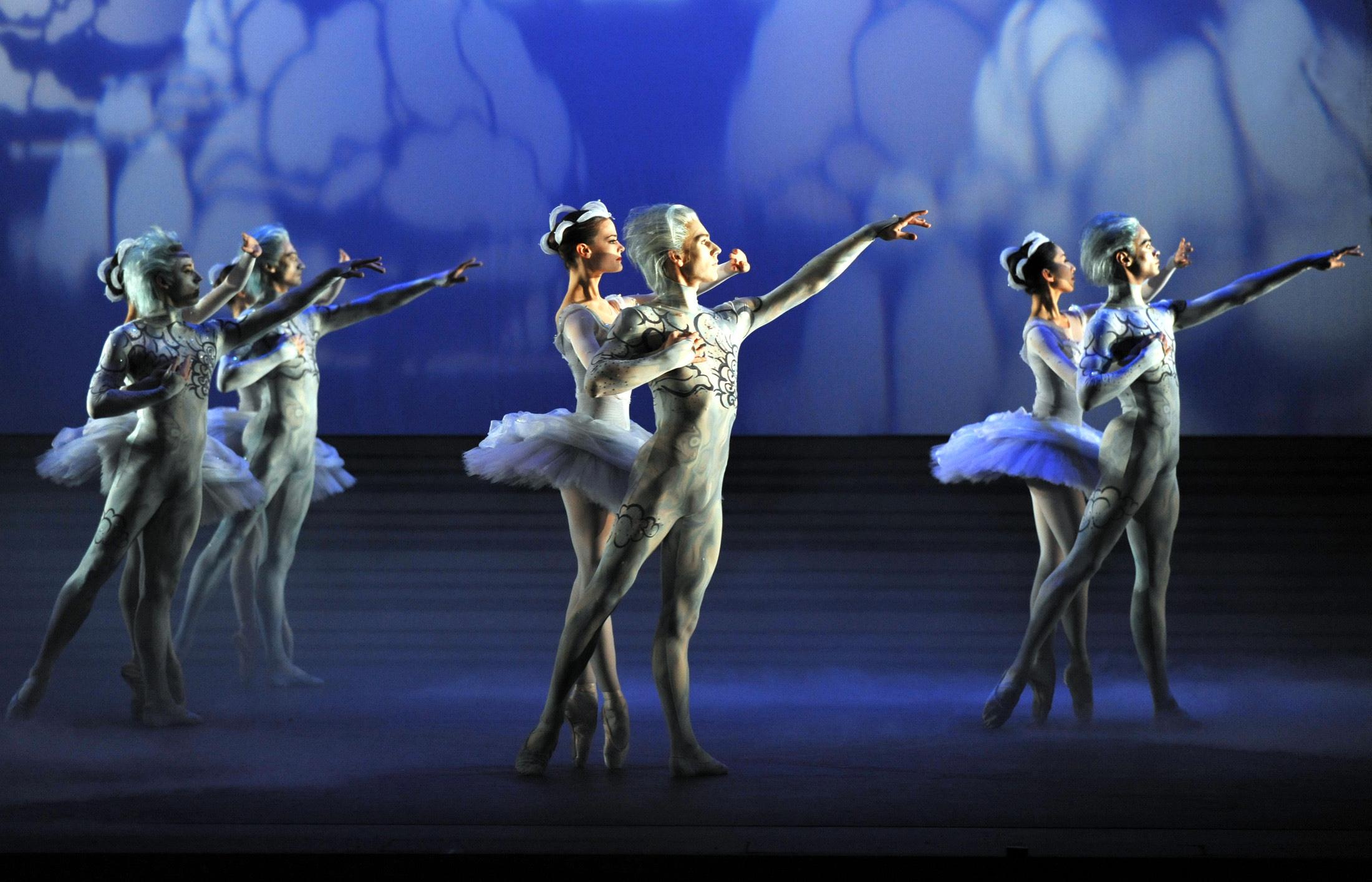 Artist of Birmingham Royal Ballet as Clouds; photo: Phil Hitchman