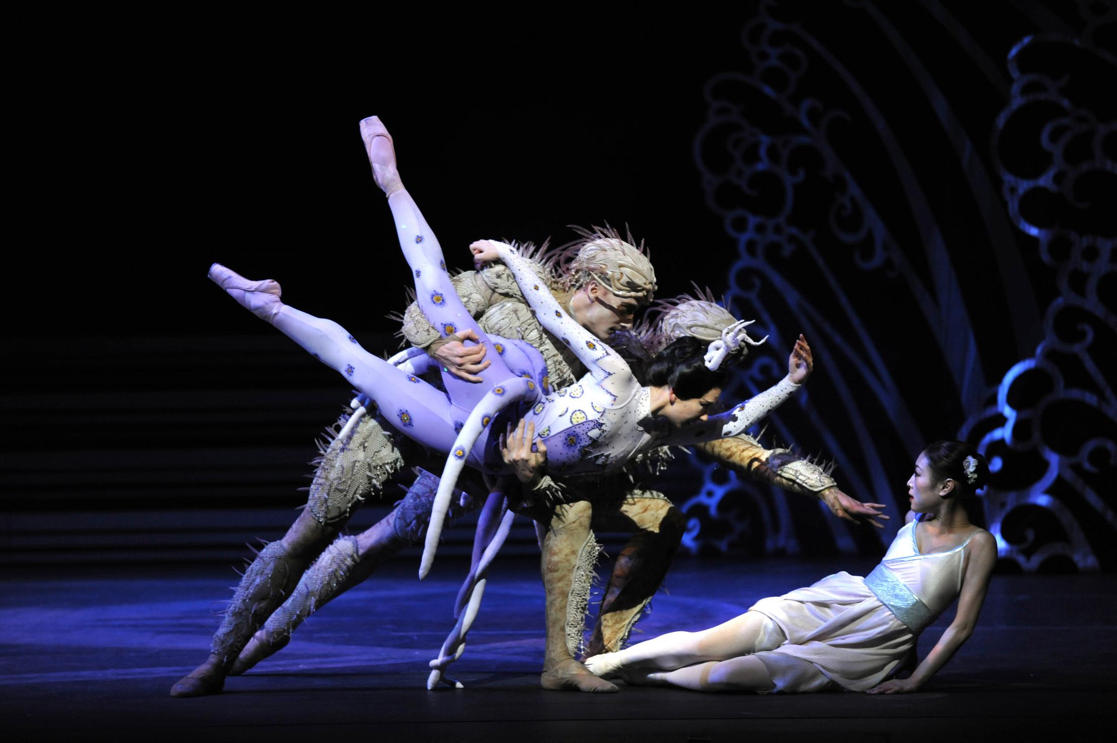 Momoko Hirata as Princess Belle Sakura and Elisha Willis as Empress Épine with Artists of Birmingham Royal Ballet; photo: Phil Hitchman