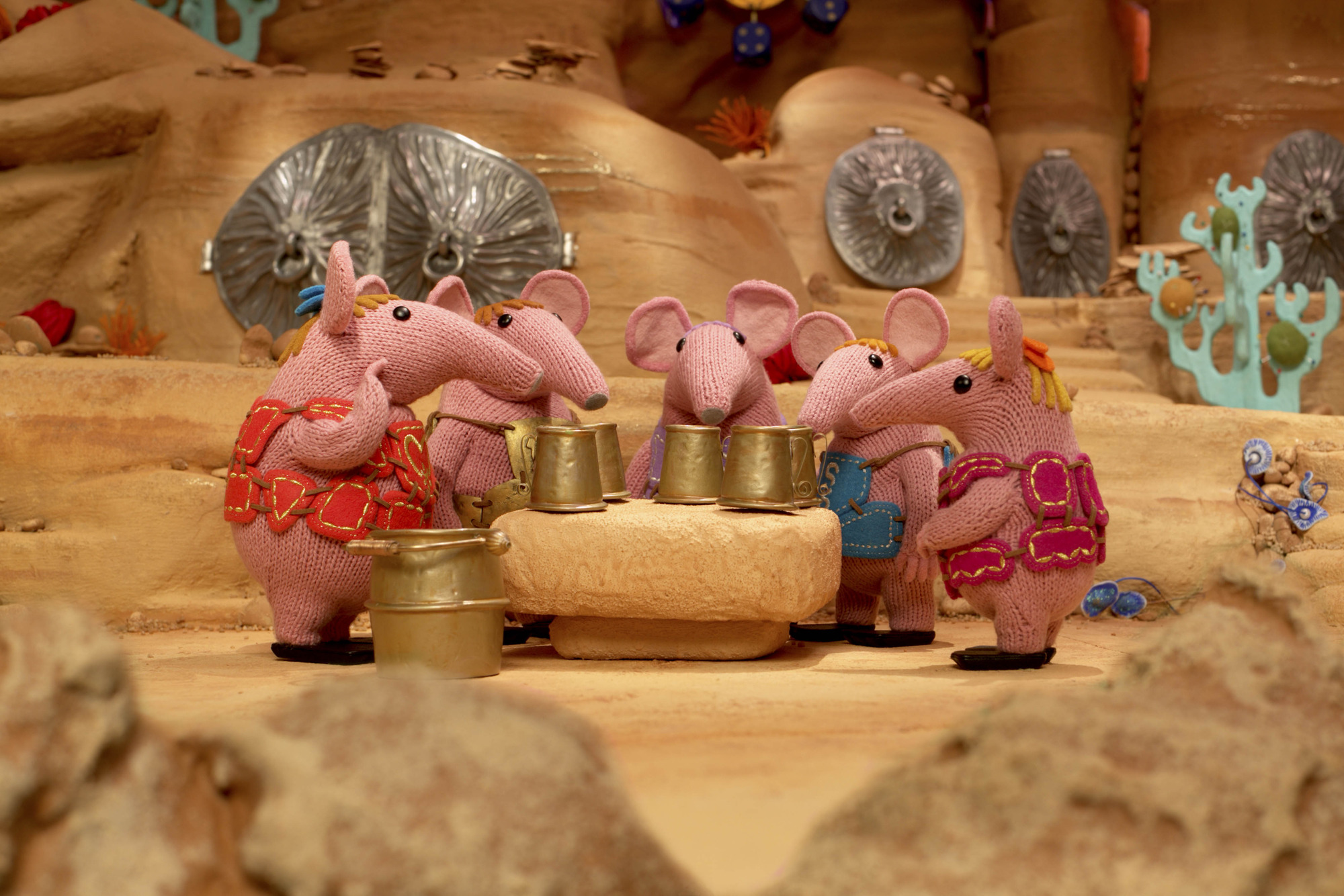 Small and Tiny tell the other Clangers about the Soup Dragon being grumpy.  - (C) Coolabi, Smallfilms and Peter Firmin - Photographer: Production
